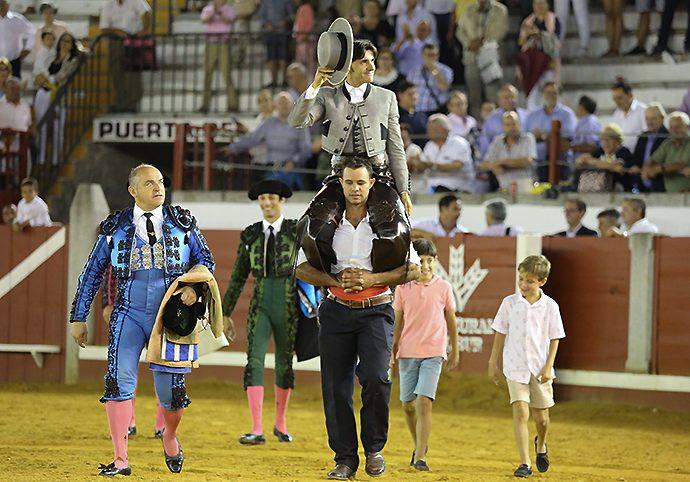 Diego Ventura a hombros en Pozoblanco. Foto: Ramón Azañón